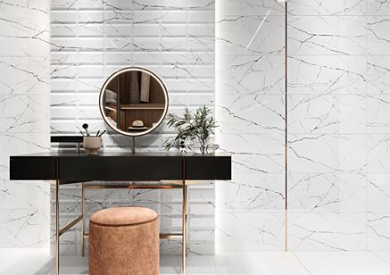 Marmur i cegiełka w jasnej łazience
