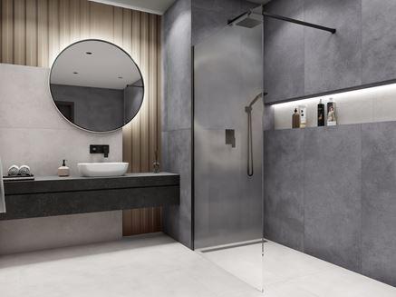 Minimalistyczna łazienka z kabiną walk-in i czarną armaturą