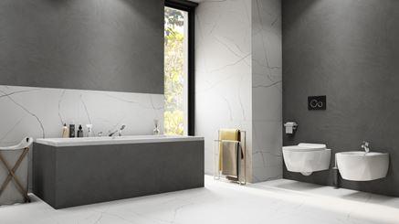 Szara łazienka z białymi płytami z wzorem marmuru