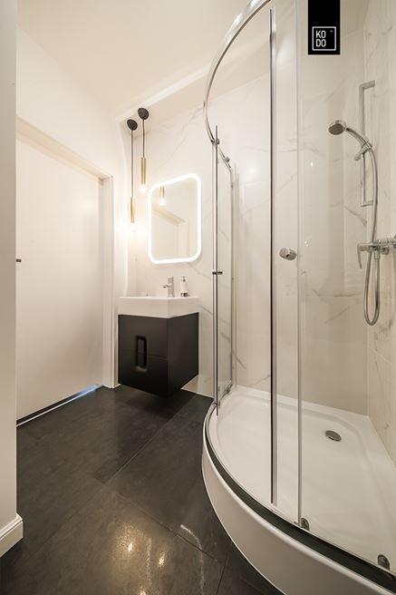 Mała łazienka w kontrastowych kolorach