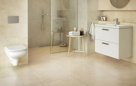 Beżowa, klasyczna łazienka z białą ceramiką