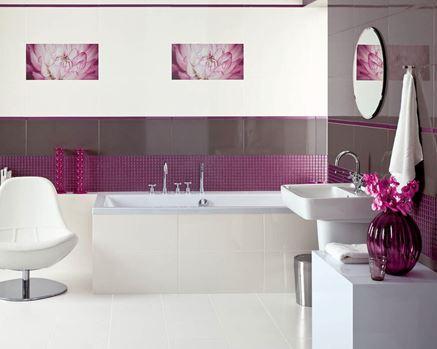 Biało-brązowa łazienka z fioletowymi akcentami