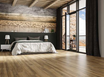 Sypialnia w minimalistycznej aranżacji wykończona drewnem