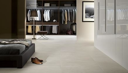 Garderoba w klasycznej aranżacji z kamienną podłogą