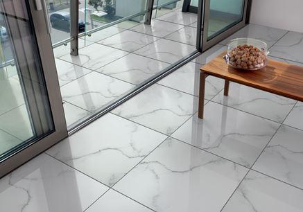 Marmurowa podłoga w salonie i balkonie Domino Gres Polerowany