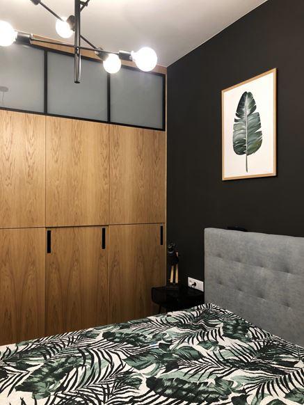 Mała sypialnia z drewnem i czernią