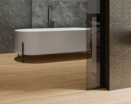 Mozaika i kamień Paradyż Noisy Whisper w łazience z wanną wolnostojącą