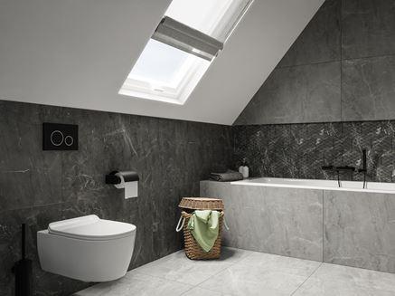 Łazienka na poddaszu w szarym kamieniu