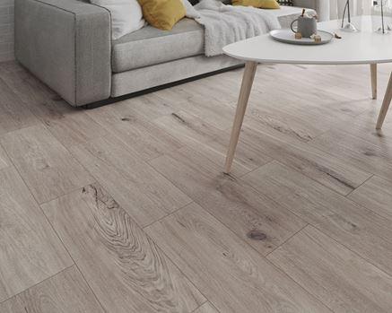 Salon z szarą podłogą imitującą drewno