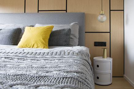 Sypialnia z tapicerowanym łóżkiem