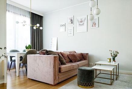 Pudrowa kanapa w białym salonie
