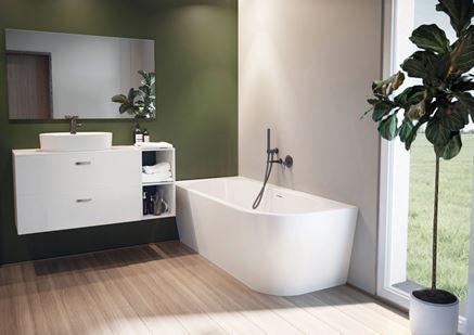 Biało-zielona łazienka z oknem