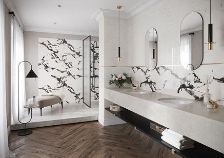 Jasna łazienka glamour z marmurem i drewnem