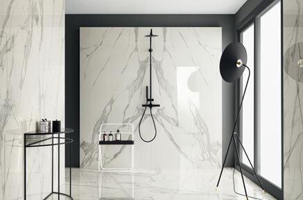 Łazienka z marmurową płytką wielkoformatową Tubądzin Specchio Carrara