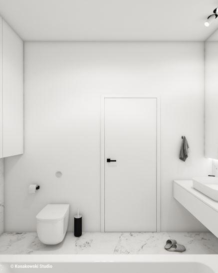 Toaleta w białej łazience z marmurem