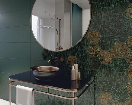 Strefa umywalkowa w stylu glamour wykończona połyskliwymi dekorami
