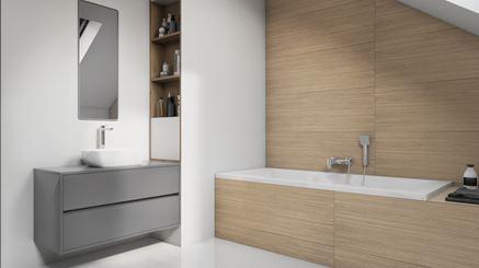 Biel i drewno w nowoczesnej łazience pod skosami