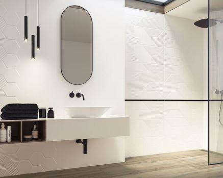 Jasna łazienka wykończona płytkami strukturalnymi