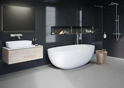 Nowoczesna, kontrastowa łazienka w czerni i szarościach
