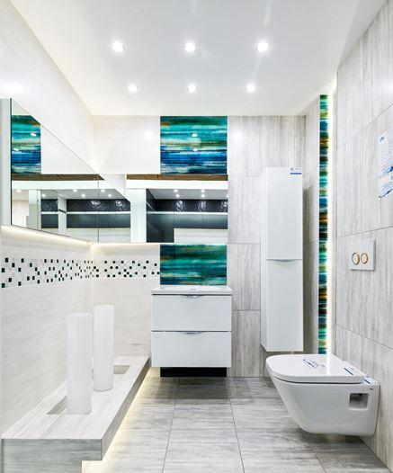 Monochromatyczna łazienka z kolorowymi detalami