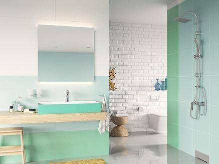 Zielona łazienka z ceglastą ścianą Ferro Algeo Square