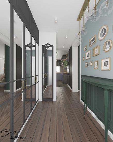Zielony korytarz z klasyczną lamperią