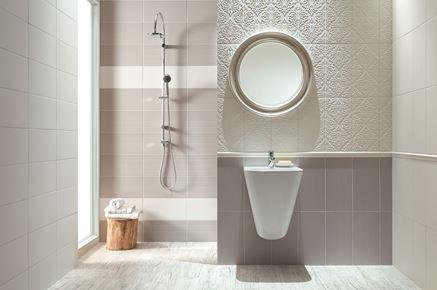 Biało-szara łazienka z ornamnetową ścianą