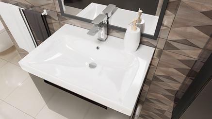 Umywalka meblowa w otoczeniu płytek dekoracyjnych
