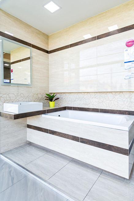 Łazienka w beżu zaakcentowana brązem - Tubądzin Fiorino