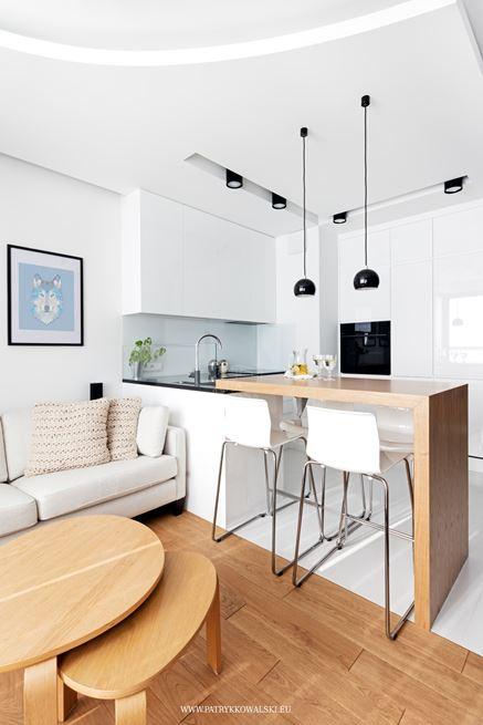 Biały aneks kuchenny w małym mieszkaniu
