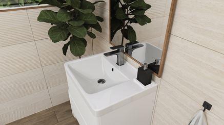 Strefa umywalkowa w otoczeniu jasnych płytek