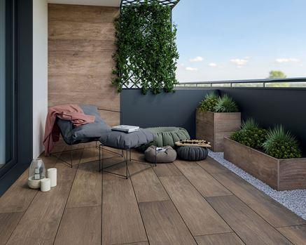 Aranżacja nowoczesnego balkonu w drewnie