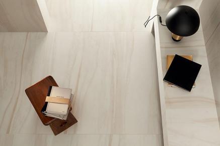 Kremowa wykończenie podłogi i ścian w salonie