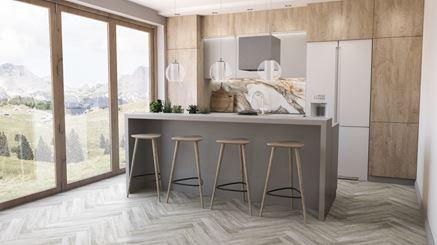 Przestronna kuchnia w drewnie z płytkami z wzorem marmuru