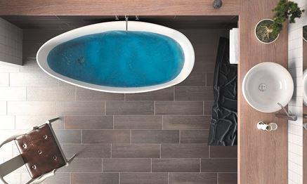 Salon kąpielowy z drewnopodobną posadzką