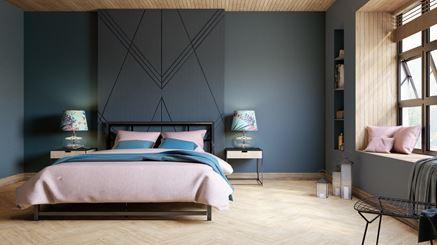Ciemna sypialnia z drewnianą podłogą