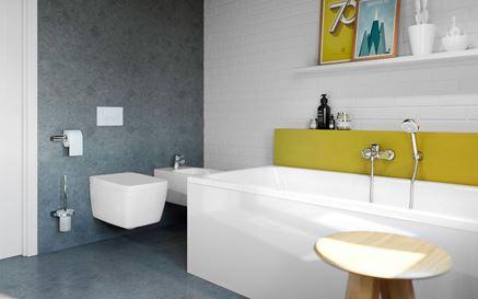 Aranżacja łazienki z ceglastą ścianą z żółtymi dodatkami