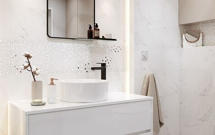 Marmur i błyszczące dekory w łazience