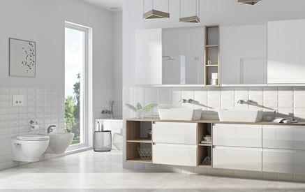 Przestronna, biała łazienka dla dwojga