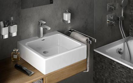 Strefa umywalkowa z akcesoriami łazienkowymi