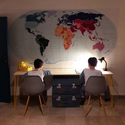 Miejsce do pracy dla rodzeństwa z mapą Pixers