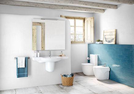 Eklektyczna łazienka w bieli z dodatkiem koloru niebieskiego