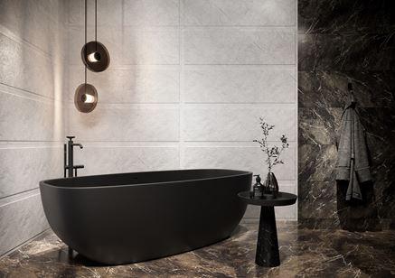 Biały i szary kamień w łazience z wanną wolnostojącą