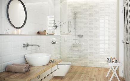 Aranżacja białej łazienki wykończonej drewnem