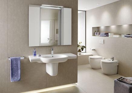 Beżowa łazienka w nowoczesnym stylu z ceramiką stojącą