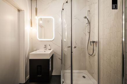 Mała biało-czarna łazienka z marmurem