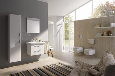 Przestronna łazienka z meblami Koło Life
