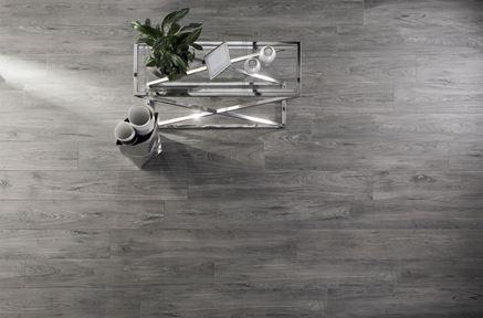 Szara podłoga w salonie