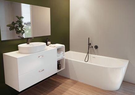 Zielono-biała łazienka z dodatkiem drewna