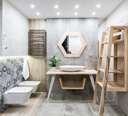 Drewniane detale w nowoczesnej łazience
